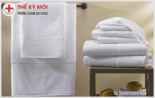Dùng chung khăn tắm cũng có thể lây nhiễm sùi mào gà