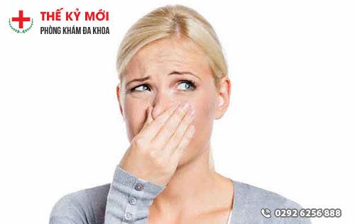 Khí hư có mùi hôi do rất nhiều nguyên nhân gây nên